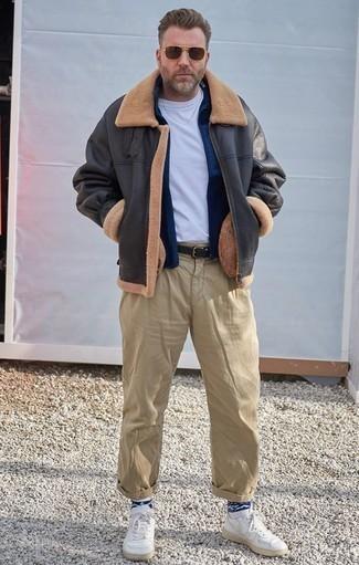 Moda para hombres de 40 años: Para crear una apariencia para un almuerzo con amigos en el fin de semana intenta ponerse una chaqueta de piel de oveja en gris oscuro y un pantalón chino marrón claro. ¿Quieres elegir un zapato informal? Opta por un par de tenis de cuero blancos para el día.