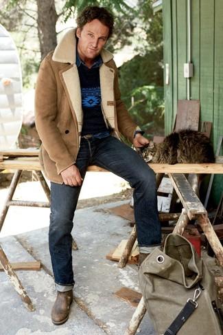 Cómo combinar: chaqueta de piel de oveja marrón claro, jersey con cuello circular estampado azul marino, camisa vaquera azul marino, vaqueros azul marino