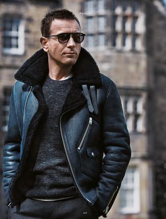 Cómo combinar: chaqueta de piel de oveja negra, jersey con cuello circular negro, camiseta con cuello circular blanca, pantalón de vestir de lana a cuadros negro