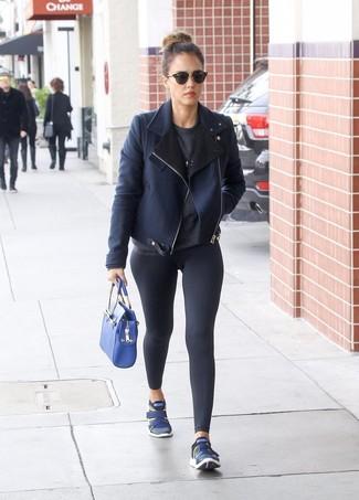 Look de Jessica Alba: Chaqueta de Piel de Oveja Azul Marino, Jersey con Cuello Circular en Gris Oscuro, Leggings Negros, Deportivas Azul Marino