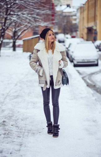 Cómo combinar una chaqueta de piel de oveja en beige: Emparejar una chaqueta de piel de oveja en beige junto a unos leggings negros es una opción muy buena para el fin de semana. Zapatillas altas de cuero negras son una opción inigualable para completar este atuendo.