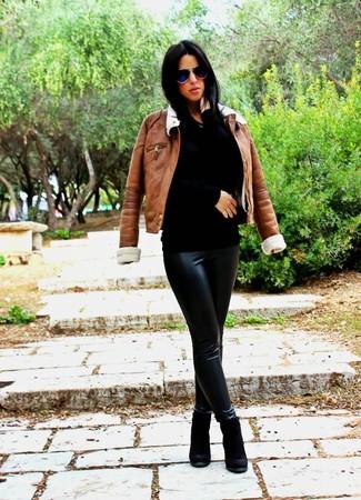Cómo combinar: chaqueta de piel de oveja marrón, jersey con cuello circular negro, leggings de cuero negros, botines de ante negros
