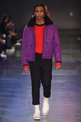 Cómo combinar: chaqueta de piel de oveja morado, jersey con cuello circular rojo, pantalón chino negro, tenis de cuero blancos