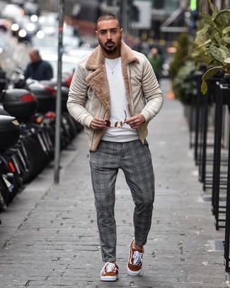 Cómo combinar: chaqueta de piel de oveja en beige, jersey con cuello circular blanco, pantalón chino de tartán gris, tenis de ante en tabaco