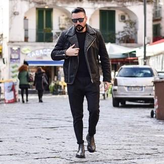 Cómo combinar: chaqueta de piel de oveja negra, jersey con cuello circular negro, pantalón chino negro, botines chelsea de cuero negros