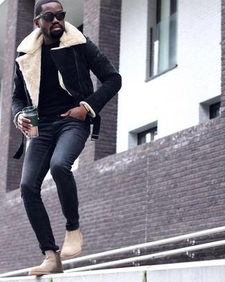 Cómo combinar unos botines chelsea de ante en beige: Casa una chaqueta de piel de oveja azul marino junto a un pantalón chino en gris oscuro para un look diario sin parecer demasiado arreglada. ¿Te sientes valiente? Haz botines chelsea de ante en beige tu calzado.