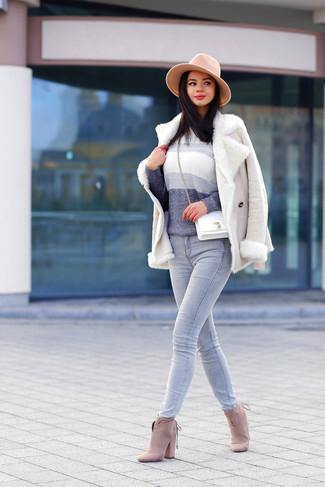 Cómo combinar: chaqueta de piel de oveja en beige, jersey con cuello circular ombre gris, vaqueros grises, botines de ante en beige