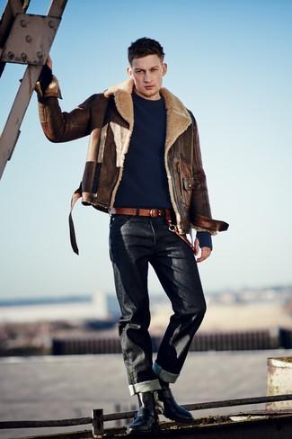 Cómo combinar: chaqueta de piel de oveja marrón, jersey con cuello circular azul marino, vaqueros negros, botas casual de cuero negras