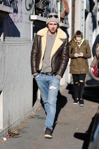 Cómo combinar: chaqueta de piel de oveja en marrón oscuro, jersey con cuello circular marrón, vaqueros celestes, tenis de cuero en marrón oscuro
