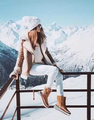 Elige una chaqueta de piel de oveja beige y unos vaqueros pitillo blancos para lidiar sin esfuerzo con lo que sea que te traiga el día. Para darle un toque relax a tu outfit utiliza botas ugg marrón claro.