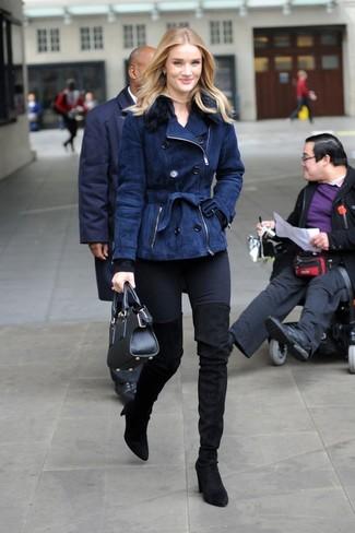 Cómo combinar: chaqueta de piel de oveja azul marino, jersey con cuello circular negro, vaqueros pitillo negros, botas sobre la rodilla de ante negras