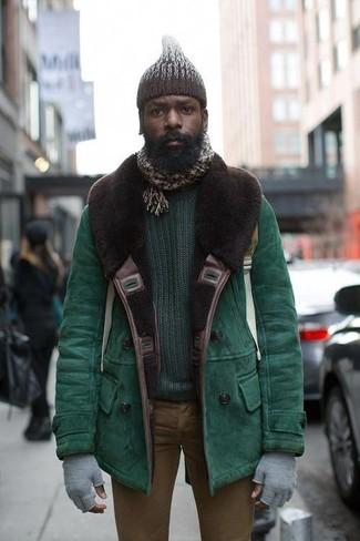 Cómo combinar: chaqueta de piel de oveja verde, jersey con cuello circular verde oscuro, vaqueros pitillo marrónes, gorro de punto en marrón oscuro