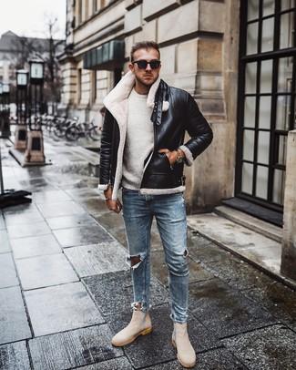Cómo combinar: chaqueta de piel de oveja en negro y blanco, jersey con cuello circular blanco, vaqueros pitillo desgastados celestes, botines chelsea de ante en beige
