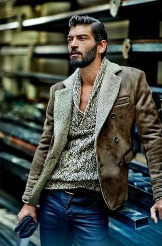 Cómo combinar: chaqueta de piel de oveja marrón, jersey con cuello vuelto holgado gris, vaqueros azules, correa de cuero negra