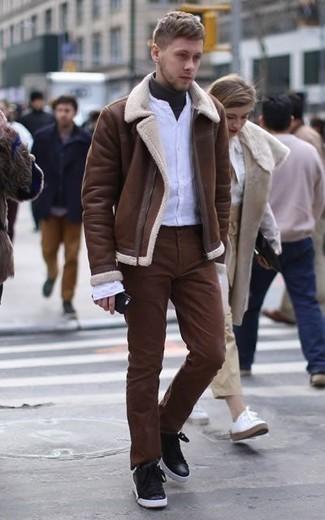 Cómo combinar un pantalón chino marrón: Casa una chaqueta de piel de oveja marrón con un pantalón chino marrón para una apariencia fácil de vestir para todos los días. Si no quieres vestir totalmente formal, elige un par de tenis de cuero negros.