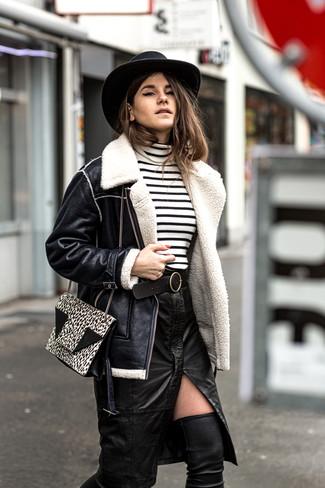 Outfits mujeres: Casa una chaqueta de piel de oveja negra junto a una falda lápiz de cuero con recorte negra y te verás como todo un bombón. Botas sobre la rodilla de cuero negras son una opción muy buena para complementar tu atuendo.
