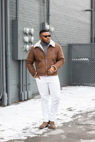 Cómo combinar: chaqueta de piel de oveja marrón, jersey de cuello alto gris, pantalón chino blanco, botines chelsea de ante marrónes