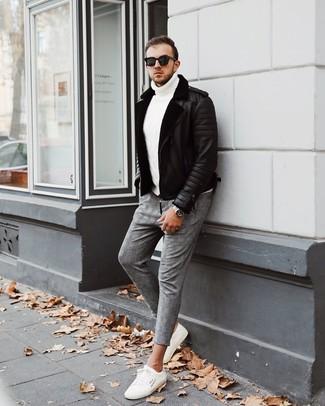 Cómo combinar una chaqueta de piel de oveja negra: Empareja una chaqueta de piel de oveja negra con un pantalón chino de tartán gris para un almuerzo en domingo con amigos. Mezcle diferentes estilos con tenis blancos.