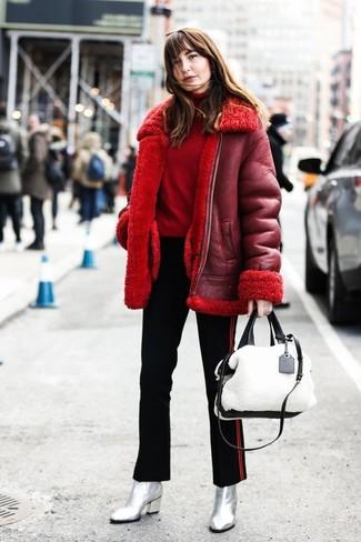 Cómo combinar: chaqueta de piel de oveja roja, jersey de cuello alto rojo, pantalones pitillo de rayas verticales negros, botines de cuero plateados
