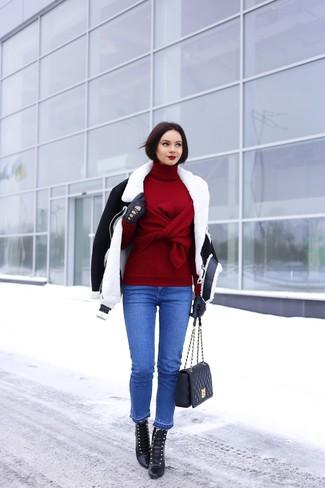 Cómo combinar: chaqueta de piel de oveja en negro y blanco, jersey de cuello alto burdeos, vaqueros azules, botines con cordones de cuero negros