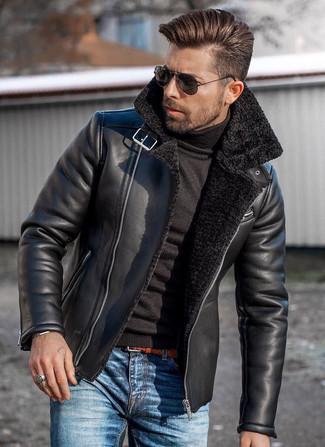 Emparejar una chaqueta de piel de oveja negra con unas gafas de sol es una opción grandiosa para un día en la oficina.