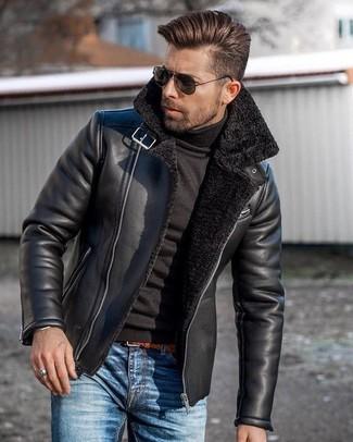 Cómo combinar: chaqueta de piel de oveja negra, jersey de cuello alto negro, vaqueros azules, correa de cuero en tabaco