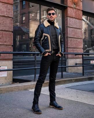 Cómo combinar: chaqueta de piel de oveja negra, jersey de cuello alto de rayas horizontales en negro y blanco, vaqueros negros, botas casual de cuero negras