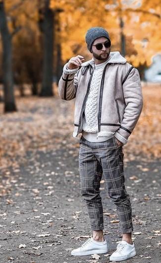 Cómo combinar: chaqueta de piel de oveja en beige, jersey de ochos blanco, pantalón chino de lana a cuadros gris, tenis de cuero blancos