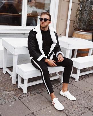 Cómo combinar un jersey de ochos negro: Elige un jersey de ochos negro y unos vaqueros pitillo en negro y blanco para una apariencia fácil de vestir para todos los días. Tenis de cuero blancos son una opción buena para complementar tu atuendo.