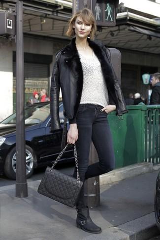 Cómo combinar: chaqueta de piel de oveja negra, jersey de pico blanco, vaqueros pitillo negros, botas a media pierna de cuero negras