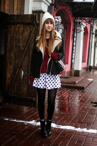 Cómo combinar: chaqueta de piel de oveja en negro y blanco, jersey oversized de punto burdeos, falda skater a lunares en blanco y negro, botines de cuero negros