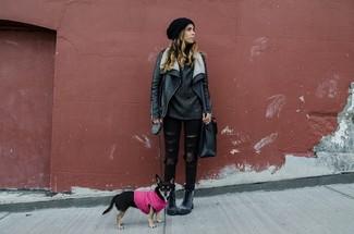 Una chaqueta de piel de oveja de cuero negra y unos vaqueros pitillo desgastados negros son el combo perfecto para llamar la atención por una buena razón. Complementa tu atuendo con botas planas con cordones de cuero en gris oscuro.