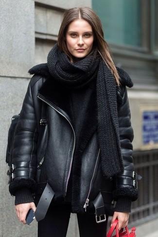 Cómo combinar una bufanda de punto negra: Emparejar una chaqueta de piel de oveja negra con una bufanda de punto negra es una opción estupenda para el fin de semana.