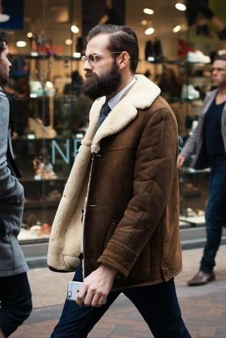 Cómo combinar: chaqueta de piel de oveja marrón, camisa de vestir blanca, pantalón de vestir azul marino, corbata de punto en gris oscuro