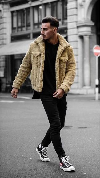 Cómo combinar: chaqueta de piel de oveja marrón claro, camiseta con cuello circular negra, vaqueros pitillo negros, zapatillas altas de lona en negro y blanco