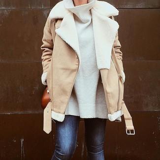 Cómo combinar: chaqueta de piel de oveja marrón claro, jersey oversized blanco, vaqueros pitillo azul marino, bolso bandolera de cuero en tabaco