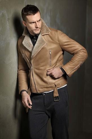 Cómo combinar: chaqueta de piel de oveja marrón claro, polo de manga larga en gris oscuro, camiseta con cuello circular blanca, pantalón de chándal en gris oscuro