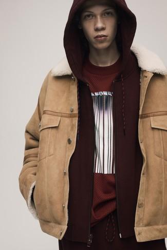 Cómo combinar: chaqueta de piel de oveja marrón claro, sudadera con capucha burdeos, camiseta con cuello circular estampada burdeos, pantalón de chándal burdeos