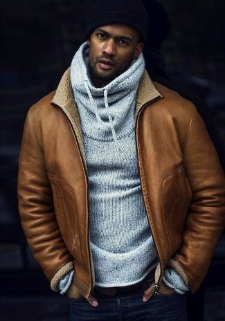 Cómo combinar: chaqueta de piel de oveja marrón claro, sudadera con capucha gris, vaqueros pitillo azul marino, gorro negro