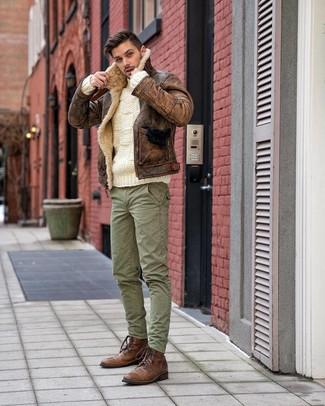 Cómo combinar: chaqueta de piel de oveja marrón, jersey de ochos blanco, pantalón cargo verde, botas casual de cuero marrónes