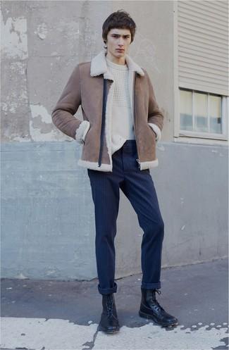 Cómo combinar: chaqueta de piel de oveja marrón, jersey de ochos blanco, pantalón chino de rayas verticales azul marino, botas casual de cuero negras