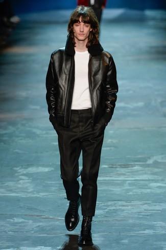 Cómo combinar: chaqueta de piel de oveja negra, camiseta con cuello circular blanca, pantalón de vestir negro, botas formales de cuero negras