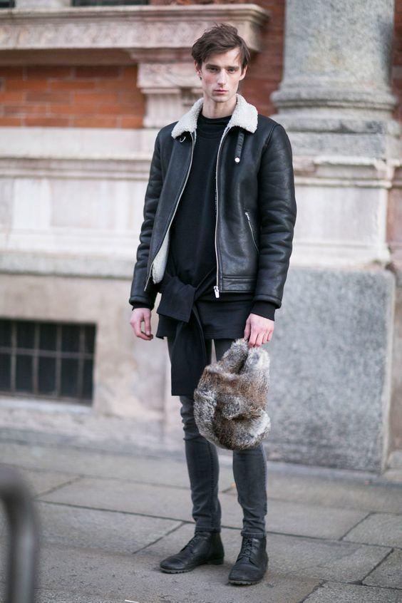 Cómo combinar una camiseta con cuello circular negra con unas botas ...