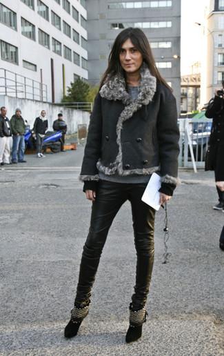 Cómo combinar: chaqueta de piel de oveja negra, jersey con cuello circular gris, vaqueros pitillo de cuero negros, botines de ante con tachuelas negros