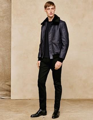 Cómo combinar: chaqueta de piel de oveja negra, jersey con cuello circular negro, vaqueros negros, botines chelsea de cuero negros