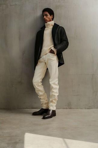 Outfits hombres en invierno 2021: Para un atuendo que esté lleno de caracter y personalidad utiliza una chaqueta de piel de oveja negra y unos vaqueros blancos. ¿Te sientes valiente? Complementa tu atuendo con botines chelsea de cuero en marrón oscuro. Este atuendo es una idea estupenda si tu buscas un atuendo apto para tus jornadas de invierno.