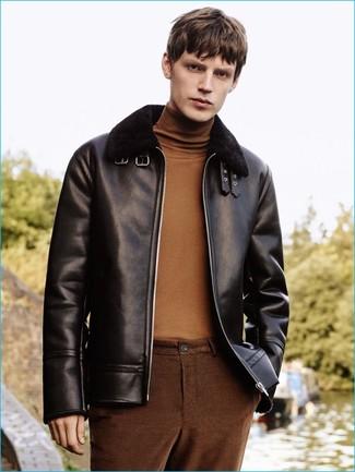 Cómo combinar: chaqueta de piel de oveja negra, jersey de cuello alto marrón, pantalón chino marrón