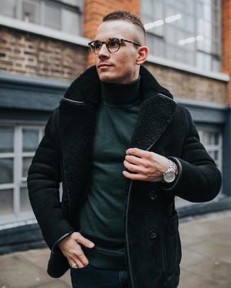 Cómo combinar: chaqueta de piel de oveja negra, jersey de cuello alto verde oscuro, vaqueros pitillo azul marino, reloj plateado