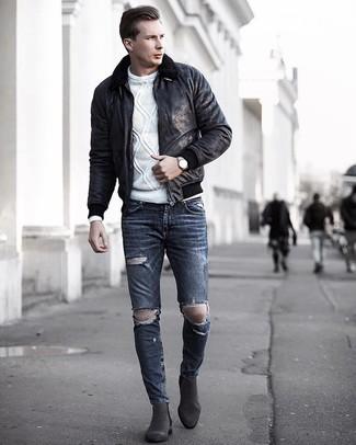 Cómo combinar: chaqueta de piel de oveja negra, jersey de ochos blanco, vaqueros pitillo desgastados en gris oscuro, botines chelsea de ante en gris oscuro