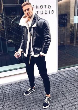 Cómo combinar: chaqueta de piel de oveja negra, sudadera estampada gris, pantalón de chándal negro, tenis negros